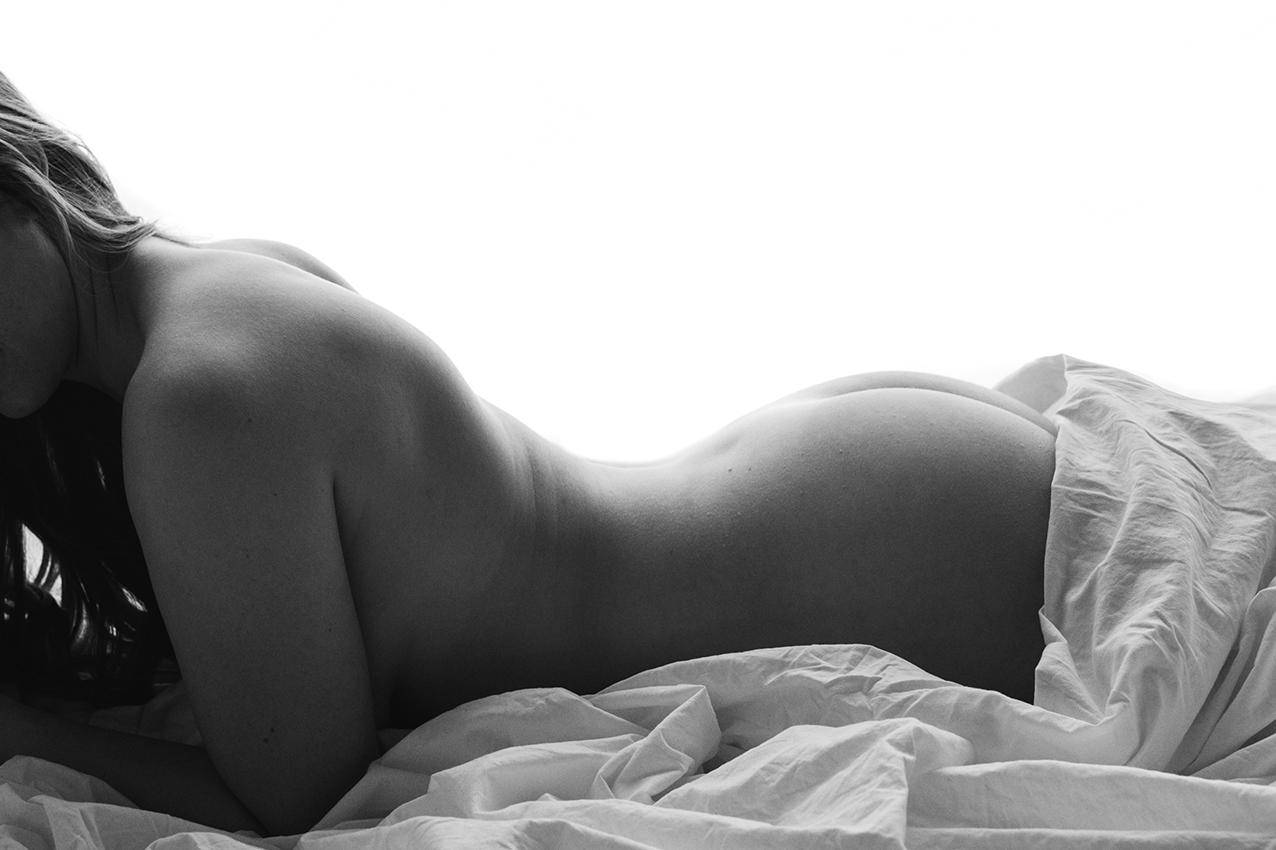 Nacktfoto eines Frauenkörpers für ein Aktfotoshooting