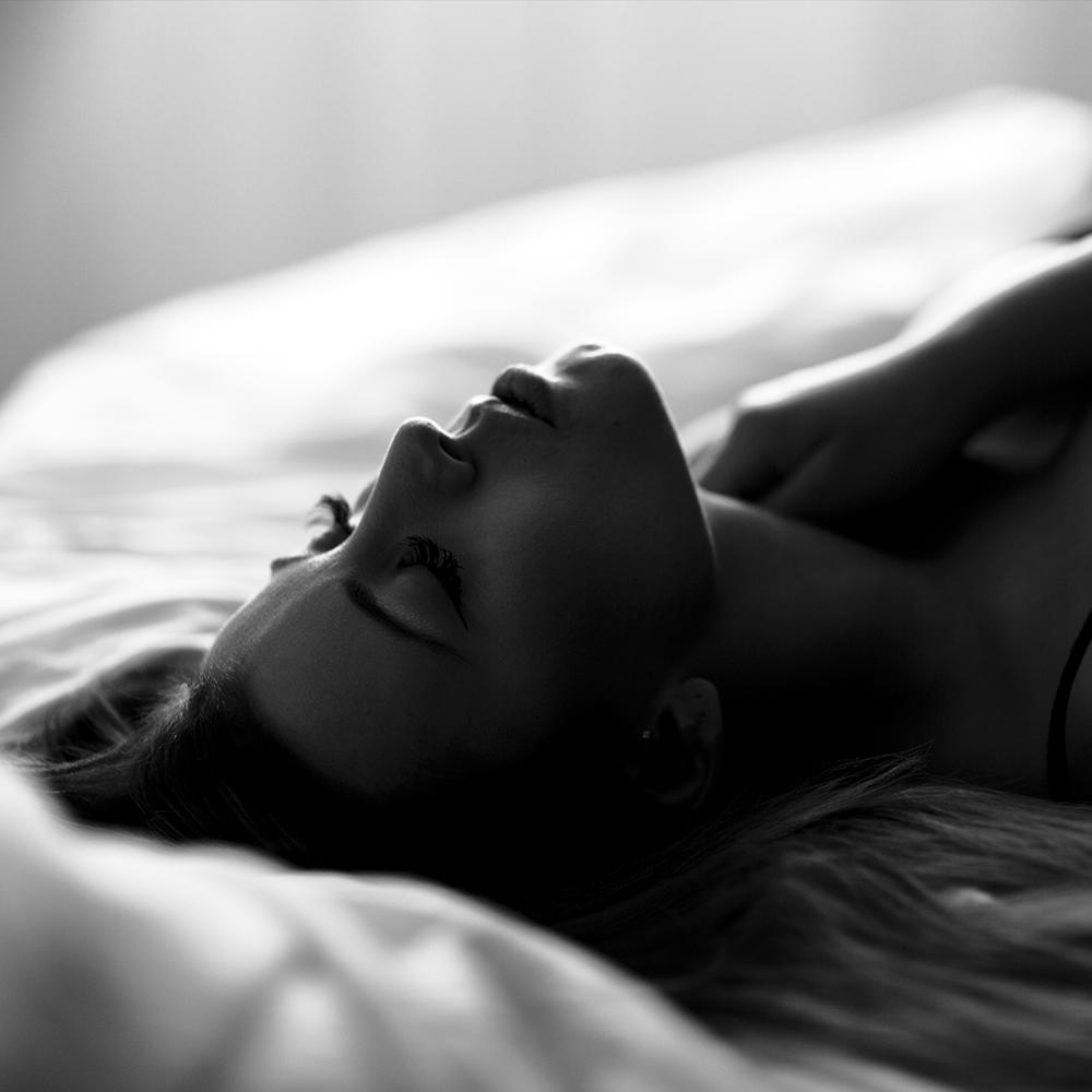 Frauengesicht mit geschlossenen Augen beim Selbstliebe Fotoshooting