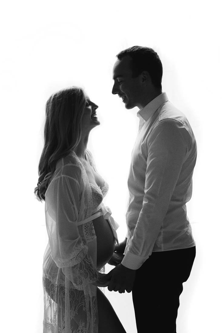 Paar steht in Unterwäsche am Fenster für ein Boudoir fotoshooting